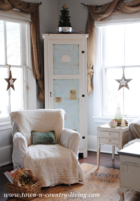 Country style farmhouse decorating at Town and Country Living