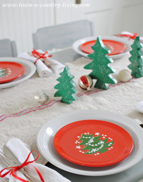 Christmas table setting ideas town country living for Country living christmas table settings
