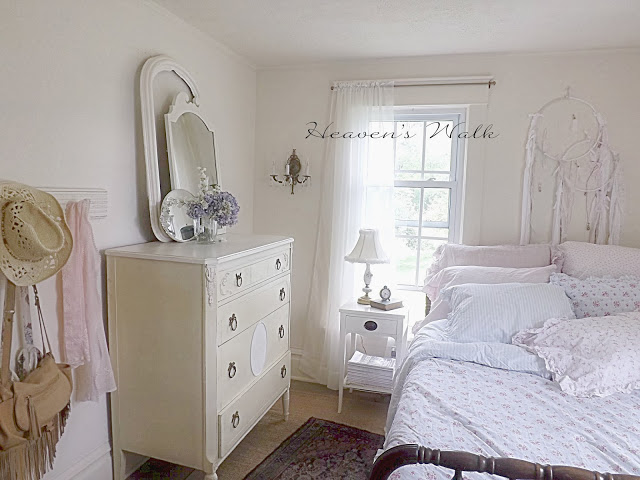 Charming shabby chic farm house heaven 39 s walk town for Farmhouse guest bedroom