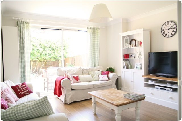 Scandinavian Style Living Room in White and Red