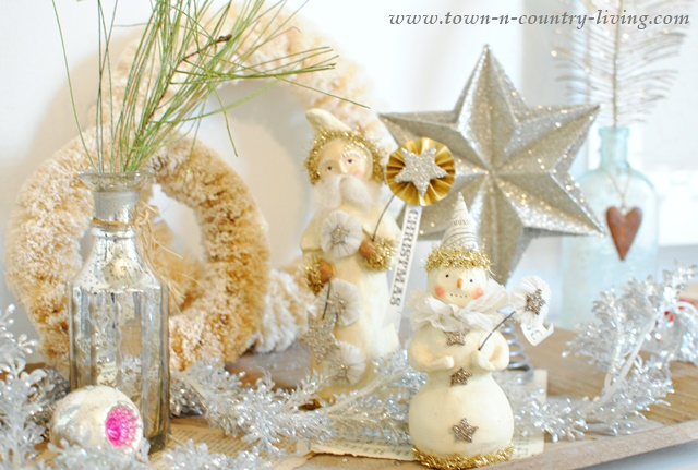 Vintage style christmas vignette town country living for Decor vignette