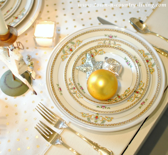 Christmas Table Setting in Gold and White