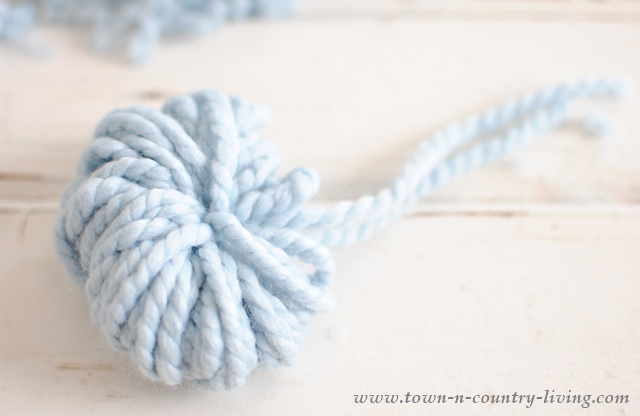 How to make a pom pom garland out of yarn. This tutorial has step-by-step photos.