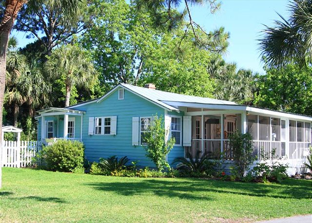 Charming home tour tybee tides town country living for Compact cottages georgia