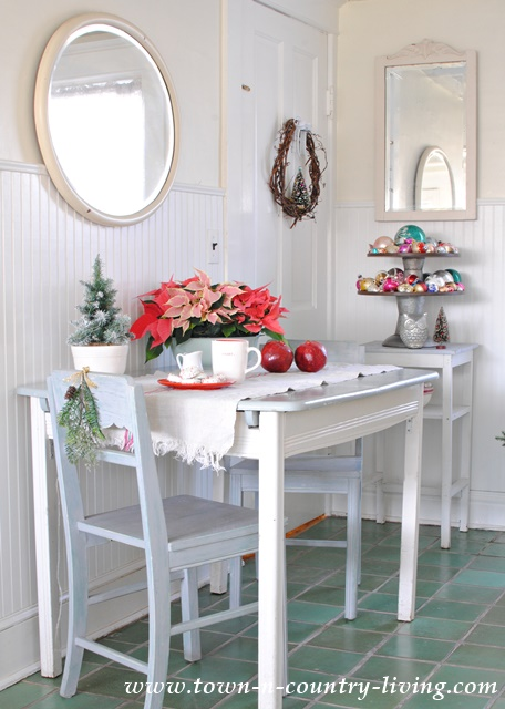 Christmas Decorating in the Breakfast Nook
