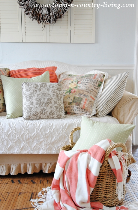 How to Make Pillows in Just Minutes. And the best part? No zippers!