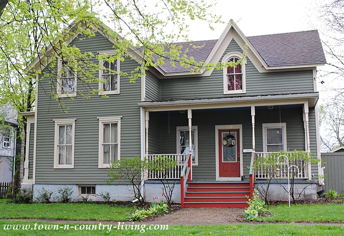 Gray Clapboard Farmhouse. Historic Homes in Sycamore, llinois