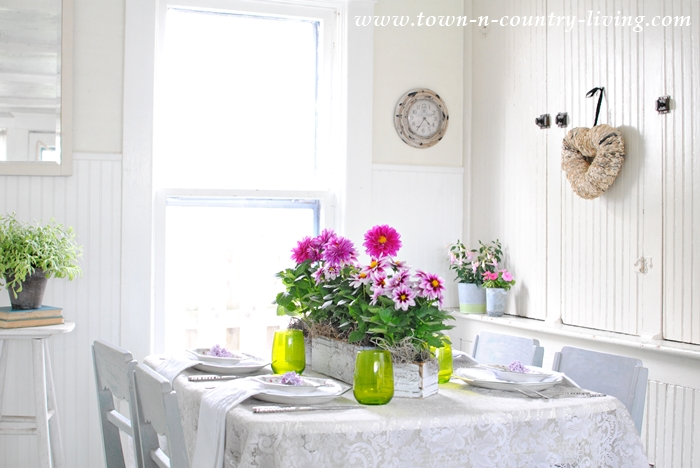 Spring Table Setting in Farmhouse Breakfast Nook