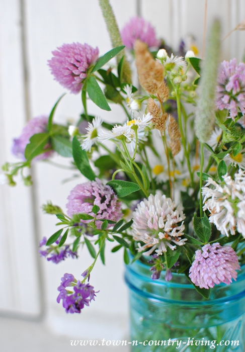 How to Make a Wildflower Bouquet - Town & Country Living