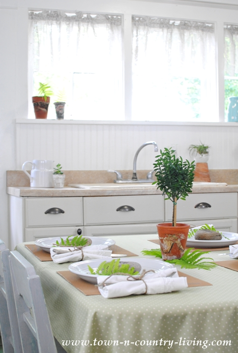 Everyday table setting for your family to enjoy town for Everyday kitchen table setting ideas