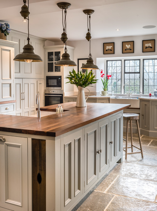 Incroyable Farmhouse Kitchen With Pendant Lighting And Apron Sink