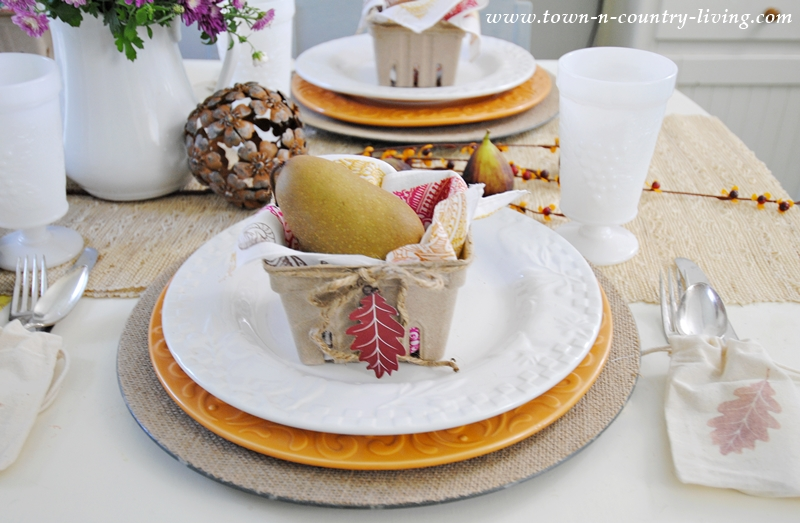 Fall Table Setting. Use my free leaf printable to create gift baskets and bags at each table setting