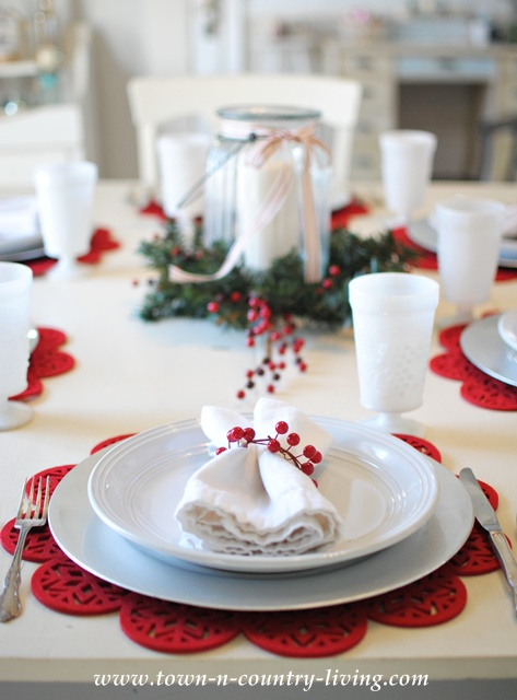 11 table settings for every occasion town country living for Country living christmas table settings