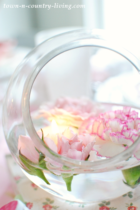 Easiest Flower Arrangement Ever! Simply snip flowers from their stems and let them float in a glass bowl of water.