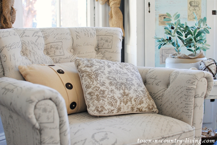 Tufted Script Chair with Button Pillow