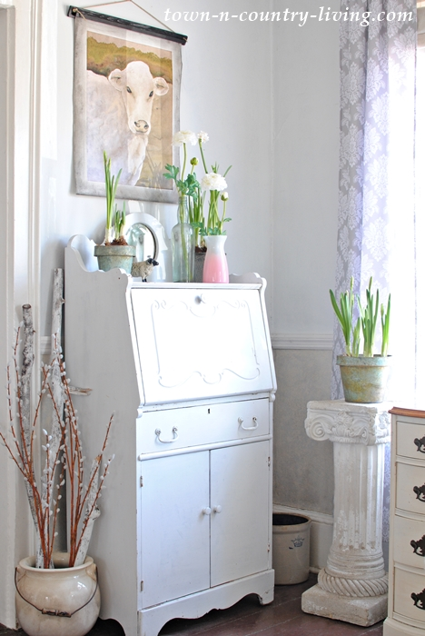 Spring Floral Details in a Farmhouse Entryway