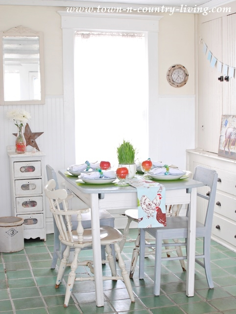 breakfast nook, red and green, cottage kitchen, farmhouse kitchen