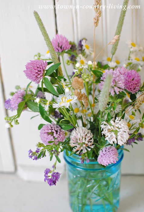decorating with flowers, wildflower bouquet, flower arrangement, farmhouse flowers