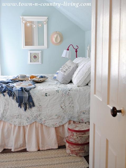 farmhouse bedroom, wedding ring quilt