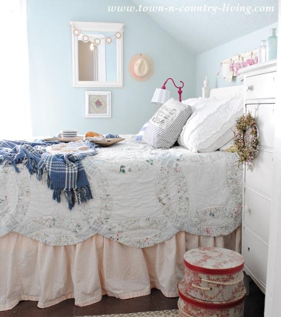farmhouse bedroom, summer bedroom, wedding ring quilt