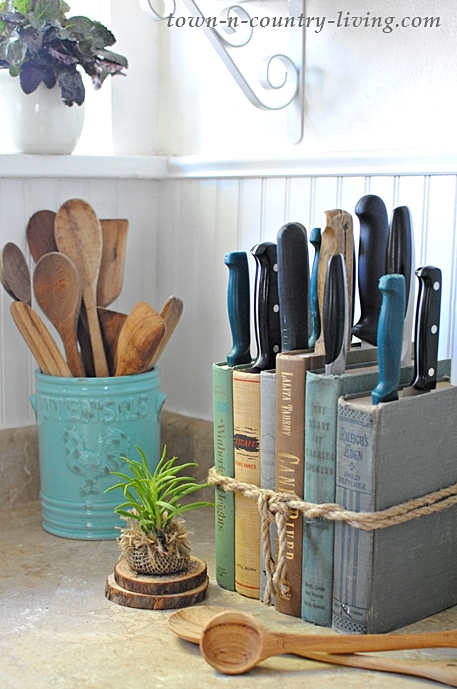 Make a knife holder for your kitchen with vintage books.