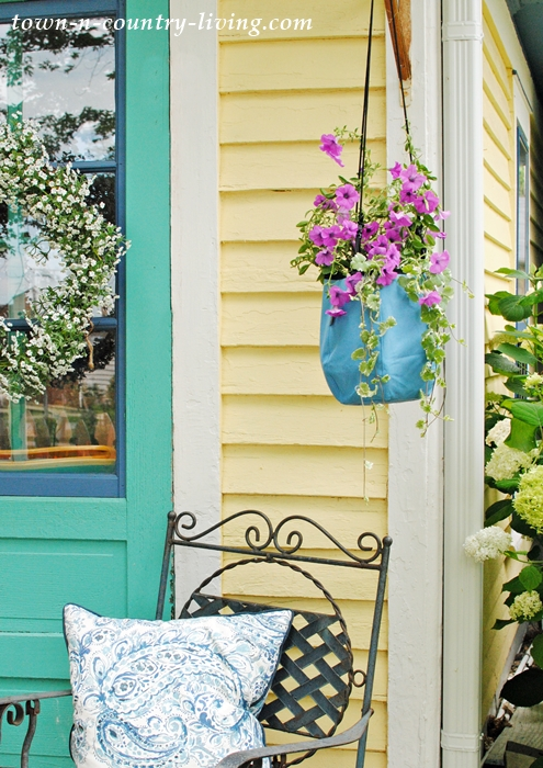 Deco Planters are available in a variety of colors and come in both a hanging and tabletop option