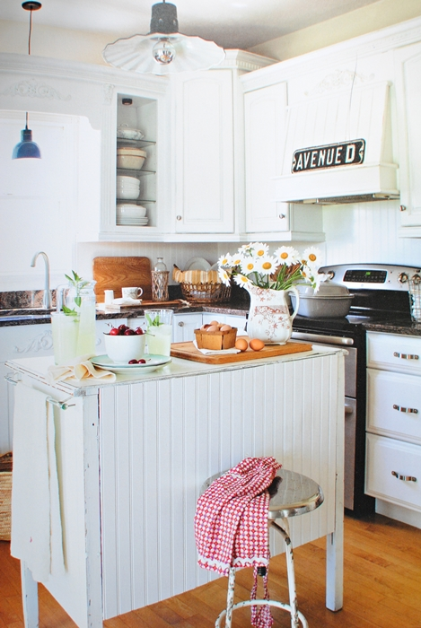 Farmhouse style kitchen in white with kitchen island