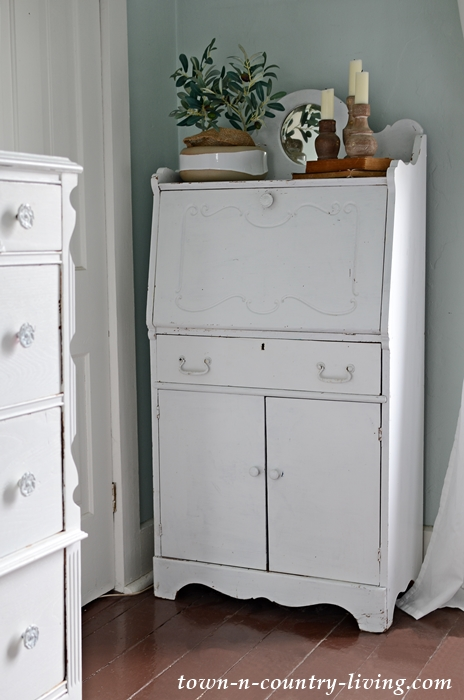 White Painted Furniture for Farmhouse Bedroom