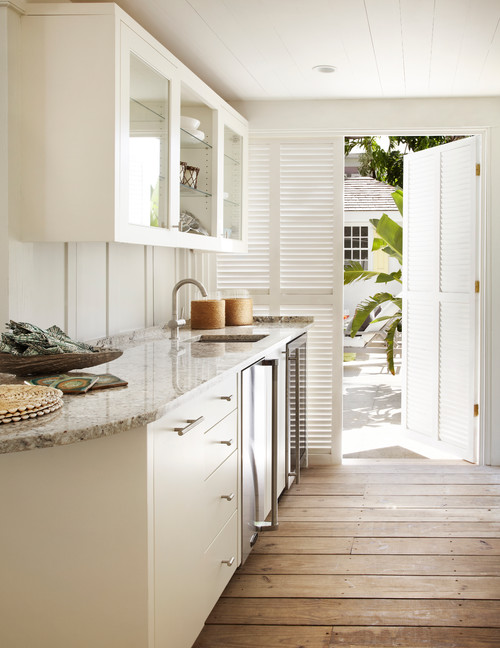 White Bar in Sunny Poolside Cottage