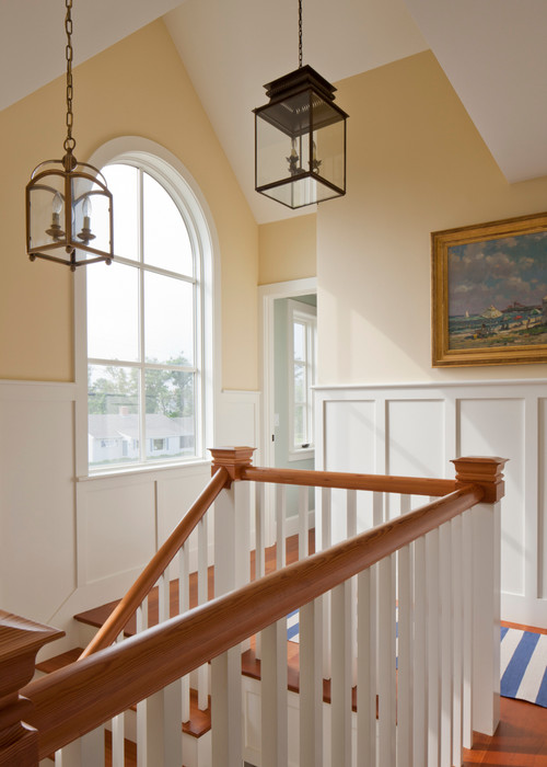 Treppe und Halle im Strandstil mit gewölbtem Fenster und Pendelleuchten