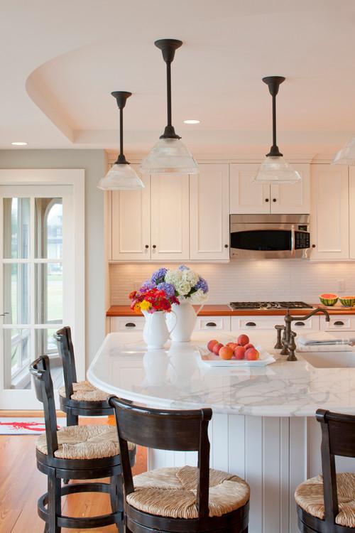 Weiße Küche mit Insel- und Barhockern