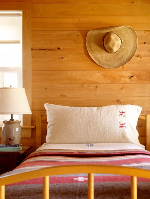 How to decorate with hats in a bedroom