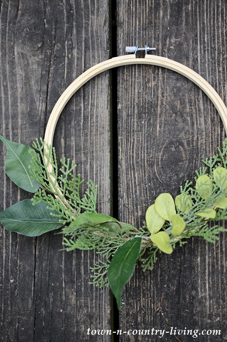 How to Make an Embroidery Hoop Christmas Wreath