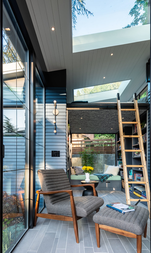 Modern Tiny House with Expansive Windows and Natural Elements