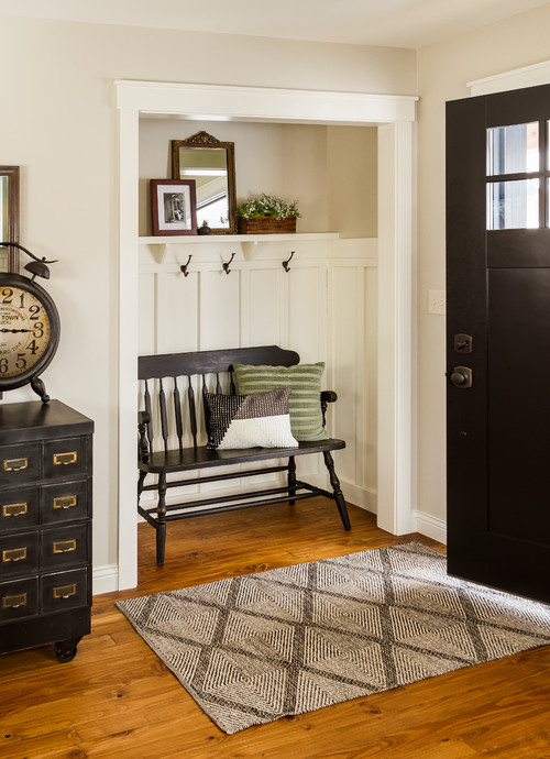 Farmhouse Style Entryway with Small Bench