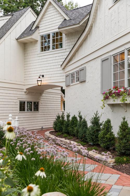 Cottage Garden in Minnesota mit Gänseblümchen und Zierzwiebeln