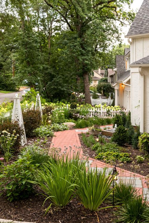 Garten mit Obelisken und weißem Lattenzaun