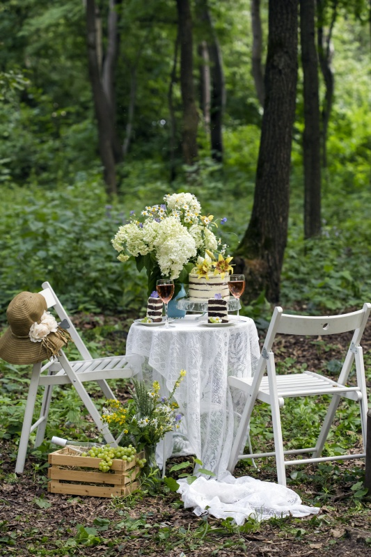 Shabby Chic and Romantic Outdoor Dining