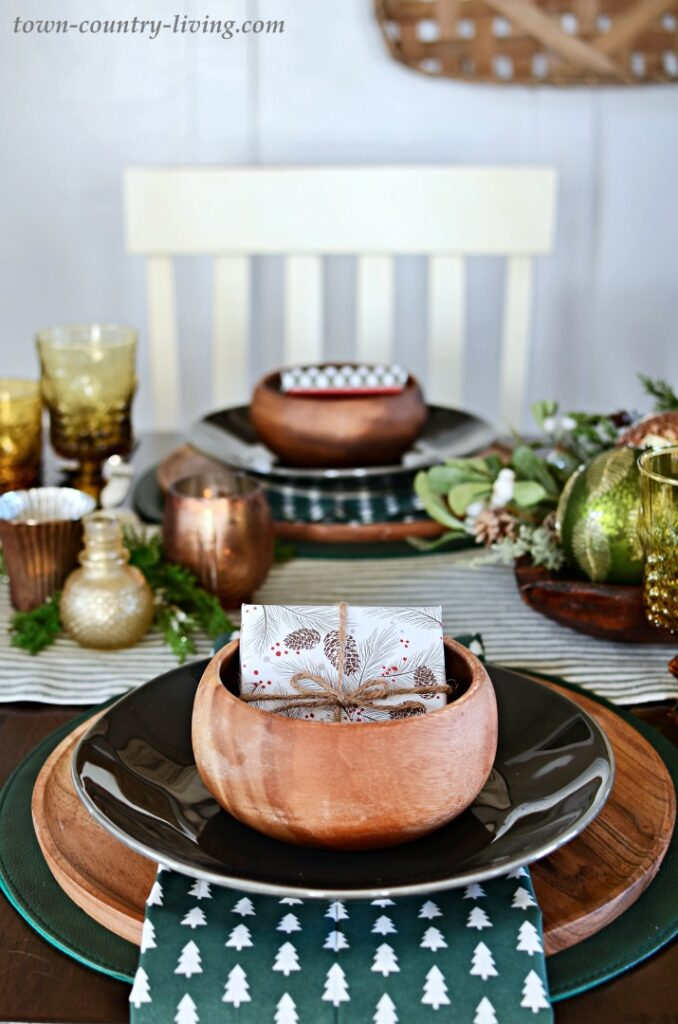 Christmas Table Setting in Wood and Dark Green