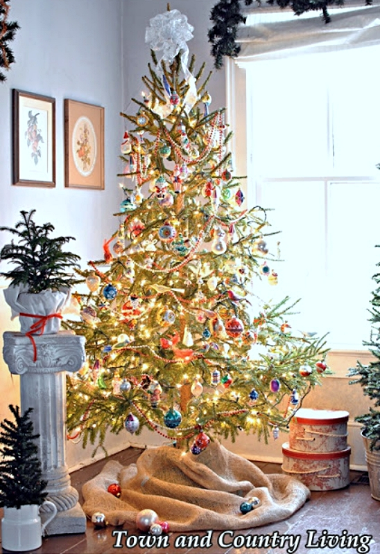 Old Fashioned Christmas Tree with Vintage Ornaments