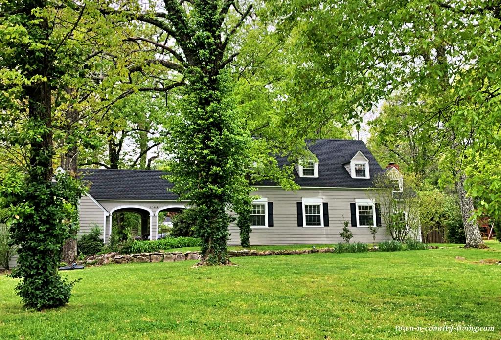 Graues Ranch-Haus in Georgia auf Waldgrundstück