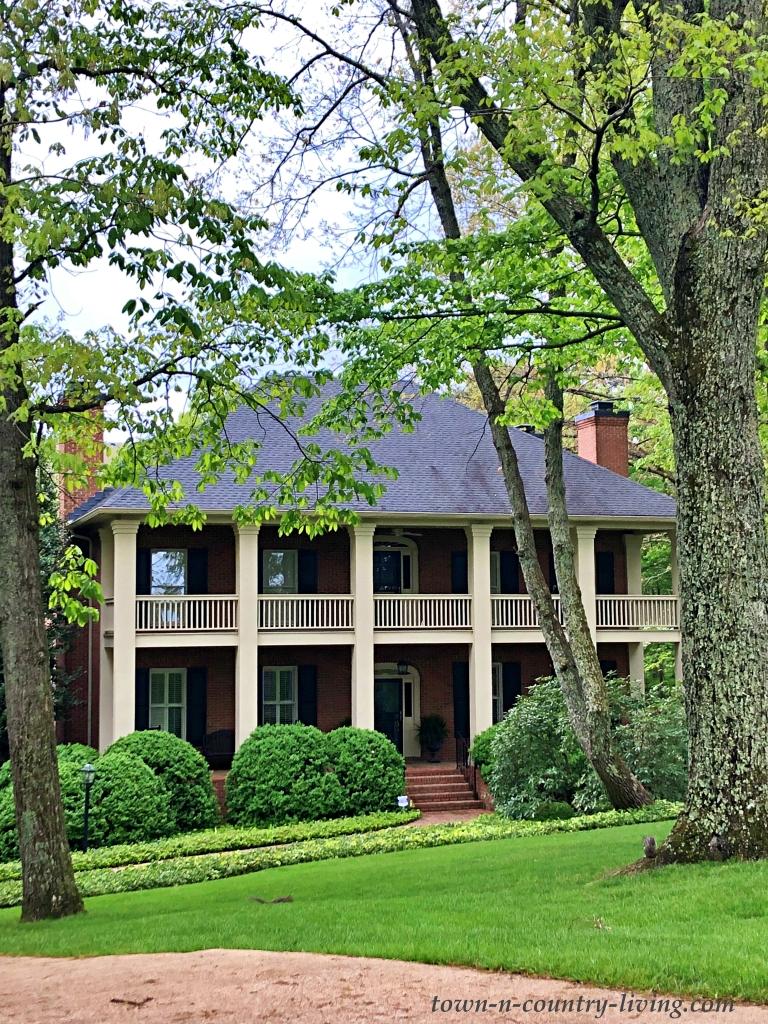 Zweistöckige Veranda auf einem südlichen Haus in Georgia