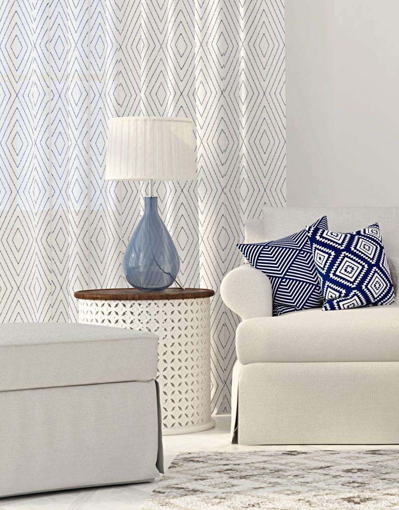 Sommerdekoideen – blaue und weiße leichte Vorhänge