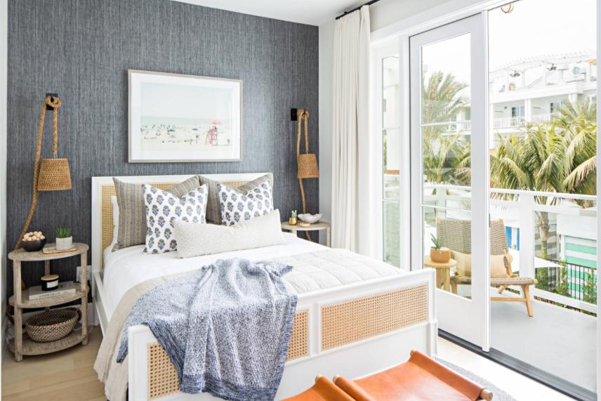 Schlafzimmer im Strandstil mit Glasschiebetüren zum Balkon