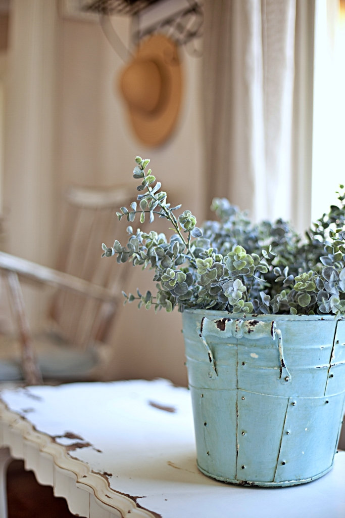 Sommerblumen im hellblauen Eiskübel