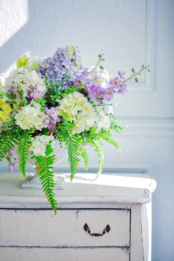 Blumenarrangement im französischen Landhausstil mit Gartenblumen