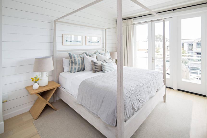 Schlafzimmer im White Beach-Stil mit Himmelbett