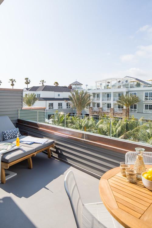 California Balkon mit Chaiselongue und Cafétisch