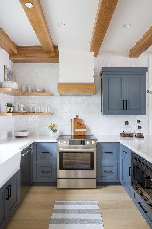 Blau-weiße Landhausküche mit Balkendecke with