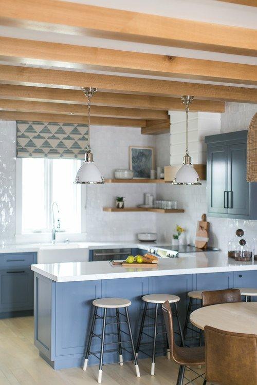 Blau-weiße Cottage-Küche mit Balkendecke